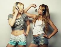 Девушки красоты с микрофоном поя и танцуя Стоковое фото RF