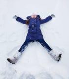 Девушки кладя в форму звезды в снежке Стоковая Фотография