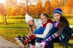 Девушки кладя на коньки ролика Стоковые Изображения RF