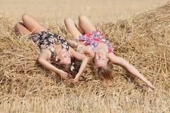 Девушки лежа на сеновале Стоковая Фотография