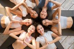 Девушки лежа показывающ жест приветствию йоги смотря камеру стоковая фотография rf
