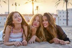 Девушки лучших другов на песке пляжа захода солнца Стоковая Фотография