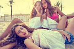 Девушки лучших другов предназначенные для подростков совместно на заходе солнца пляжа Стоковые Изображения