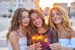 Девушки лучших другов предназначенные для подростков с бенгальскими огнями Стоковое Изображение RF