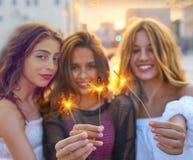 Девушки лучших другов предназначенные для подростков с бенгальскими огнями Стоковая Фотография