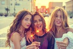 Девушки лучших другов предназначенные для подростков с бенгальскими огнями Стоковое Изображение