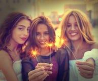 Девушки лучших другов предназначенные для подростков с бенгальскими огнями Стоковые Фото