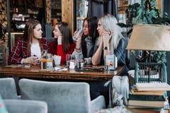 Девушки лучших другов совместно имея потеху, представляя эмоциональную концепцию людей образа жизни Стоковые Изображения