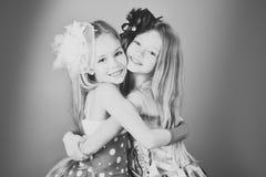 Девушки маленькие сестры Сестры фотомодели семьи, красота Девушки детей в платье, семье и сестрах приятельство Стоковые Фотографии RF