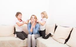 Девушки матери и сестры имея потеху Стоковые Фотографии RF