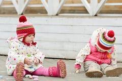 Девушки малыша рисуя с мелком Стоковая Фотография RF