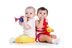 девушки младенцев играя музыкальные игрушки стоковые изображения