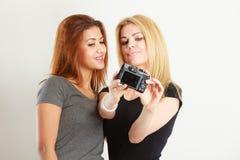 2 девушки моделей фотографируя собственной личности с камерой Стоковые Изображения