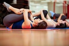 Девушки нагревая в спортзале Стоковая Фотография RF