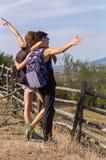 2 девушки наслаждаясь взглядом Стоковые Изображения