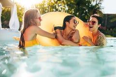 Девушки наслаждаясь днем в бассейне Стоковое Изображение RF