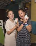 Девушки наслаждаясь мороженым Стоковое Фото