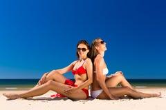 Девушки наслаждаясь свободой на пляже Стоковое Изображение