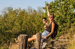 2 девушки наслаждаясь солнцем Стоковые Фотографии RF