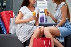 Девушки наслаждаясь ходя по магазинам днем в моле Стоковые Фотографии RF