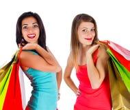 Девушки наслаждаются ходить по магазинам совместно Стоковая Фотография