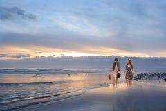Девушки наслаждаясь временем совместно на красивом пляже Стоковое Фото