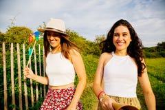 Девушки наслаждаясь летом outdoors Стоковое фото RF
