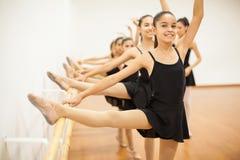 Девушки наслаждаясь их классом балета на школе Стоковая Фотография RF