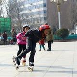 Девушки наслаждаясь кататься на коньках ролика в парке Стоковые Фото