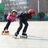 Девушки наслаждаясь кататься на коньках ролика Стоковое Изображение