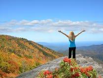Девушки наслаждаясь красивым днем осени в горе Стоковое Фото