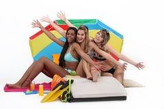Девушки наслаждаясь пляжем Стоковые Фото