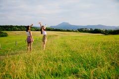 Девушки наслаждаясь природой Стоковое Изображение
