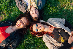 Девушки наслаждаясь солнечным днем в парке Стоковое фото RF