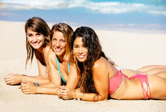 Девушки наслаждаясь солнечным днем на пляже Стоковое фото RF