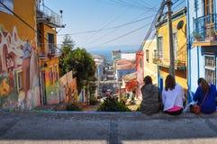 Девушки наслаждаясь улицами Вальпараисо, Чили Стоковое Изображение
