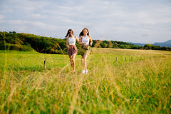 Девушки наслаждаясь ходом природы Стоковое Изображение