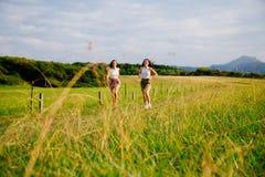 Девушки наслаждаясь ходом природы Стоковая Фотография RF