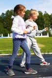 Девушки начиная побежать на следе Стоковое Изображение