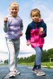 Девушки начиная побежать на следе Стоковое фото RF