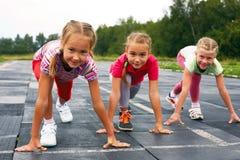 Девушки начиная побежать на следе Стоковая Фотография RF