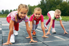Девушки начиная побежать на следе Стоковое Фото