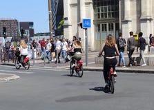 Девушки на арендованных велосипедах в Франции Стоковые Изображения