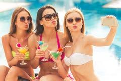 Девушки на бассейне стоковые изображения