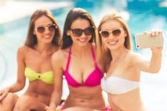 Девушки на бассейне Стоковая Фотография