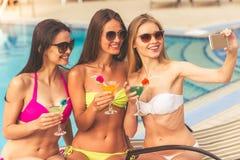 Девушки на бассейне Стоковое Фото