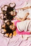 Девушки на белой и розовой предпосылке простынь стоковые фото