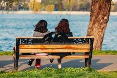 Девушки на деревянной скамье Стоковое фото RF