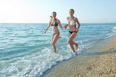 Девушки на море Стоковая Фотография