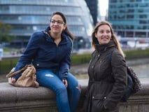 2 девушки на мосте башни в Лондоне Стоковое Изображение